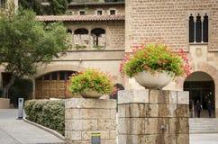 Detalj av en blomkruka framme av den herde- koordinationsmitten av den Montserrat abbotskloster, Catalonia, Spanien Arkivbild