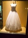 Detalj av en bröllopklänning Arkivbild