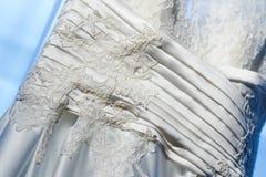 Detalj av en bröllopsklänning royaltyfria bilder