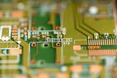 Detalj av en elektronisk PCB för bräde för utskrivaven strömkrets som är användbar som en bakgrund Arkivfoto