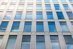 Detalj av en fasad av en modern kontorsbyggnad Royaltyfri Foto