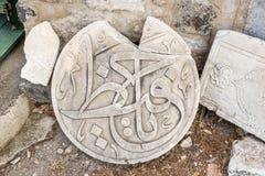 Detalj av en forntida islamisk marmorskulptur eller gravyr arkivfoton