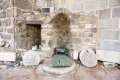 Detalj av en forntida islamisk marmorskulptur eller gravyr royaltyfri fotografi