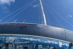 Detalj av en gammal blå segelbåt arkivbild