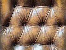 Detalj av en gammal brun soffa med knappar Royaltyfri Bild