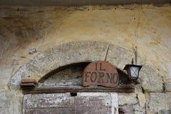 Detalj av en gammal dörr av en ugn Arkivbilder