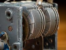 Detalj av en gammal roterande variabel kondensator royaltyfri bild