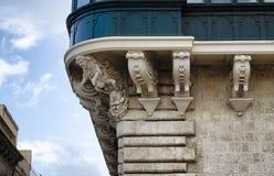 Detalj av en gammal stads- fasad för byggnadssten med dekorativa beståndsdelar Royaltyfri Foto