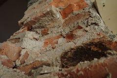 Detalj av en gammal tegelstenvägg arkivbilder