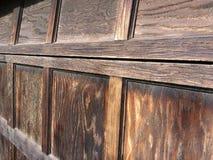 Detalj av en gammal Tid över huvudet garagedörr Royaltyfri Fotografi
