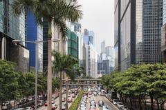 Detalj av en gata i centrala Hong Kong med många personer som går på gatan På bakgrund shoppar lokalen och restauranger Royaltyfri Foto