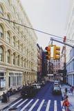 Detalj av en gata kommande Broadway i Manhattan med unidentifi Arkivfoto