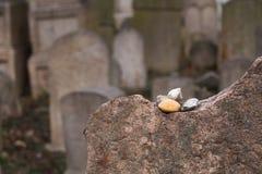 Detalj av en gravsten på ett judiskt cemetry royaltyfri foto