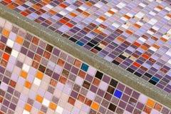 Detalj av en härlig gammal smula abstrakt keramisk mosaik royaltyfri bild