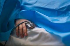 Detalj av en hand av patient som en är övervakad dusing kirurgi Fotografering för Bildbyråer