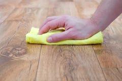 Detalj av en hand med svamplokalvård royaltyfri bild