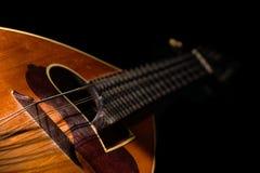 Detalj av en italiensk mandolin med svart bakgrund Arkivfoton