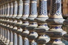 Detalj av en keramisk dekorerad räckeledstång i Sevilla Seville i sydliga Spanien framme av den berömda Plazaen de Espana royaltyfria bilder