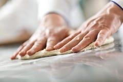 Detalj av en kock på arbete arkivfoton