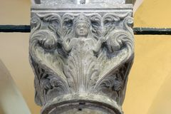 Detalj av en kolonn i helgonet Mark Church i Korcula, Kroatien royaltyfri bild