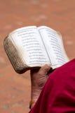 Detalj av en läs- religiös gammal bok för munk royaltyfria foton