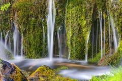 Detalj av en liten vattenfall arkivbild