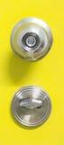 Detalj av en metallisk knopp på den gula dörren, tainless knopp för dörr för rund boll för stål royaltyfri bild