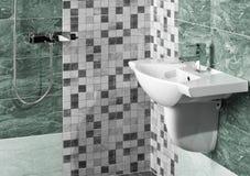 Detalj av en modern badruminre med vasken royaltyfri bild