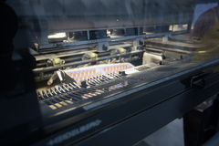 Detalj av en modern industriell printingmaskin Arkivfoto