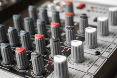 Detalj av en musikblandare i studio Arkivfoto