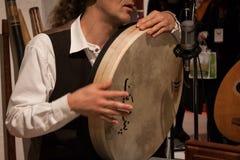 Detalj av en musiker som spelar pecussioninstrumentet på den Olis festivalen i Milan, Italien Royaltyfria Bilder
