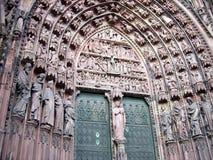 Detalj av en port av domkyrkan av vår dam av Strasbourg, Frankrike Royaltyfria Bilder