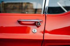 Detalj av en röd bil för tappning Royaltyfri Foto