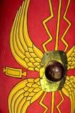 Detalj av en romersk scutumsköld för reproduktion med rött och gult arkivfoto