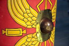 Detalj av en romersk scutumsköld för reproduktion med rött och gult royaltyfri bild