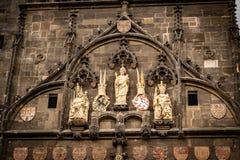 Detalj av en sida av brotornet i Prague med statyer arkivfoton
