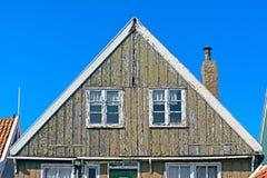 Detalj av en sliten ut fasad för hus i Marken Arkivbild