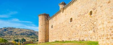 Detalj av en slott i solljus nedanför en blå himmel royaltyfri foto