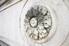 Detalj av en sniden rund stenblomma royaltyfria foton