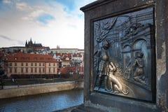 Detalj av en staty på den Charles bron, Prague, Tjeckien royaltyfri fotografi