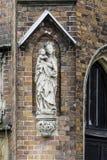 Detalj av en tegelstendomkyrka i den gotiska stilen arkivfoton