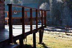 Detalj av en träbalkong, veranda Arkivbild
