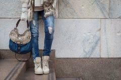 Detalj av en ung kvinna som poserar i stadsgatorna royaltyfria bilder