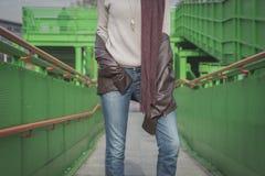 Detalj av en ung kvinna som poserar på en bro Fotografering för Bildbyråer