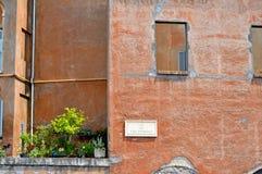 Detalj av en vägg av en historisk byggnad på VIA DEI FORI IMPERIALI Arkivbild