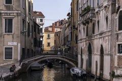 Detalj av en Venetian kanal Arkivfoto