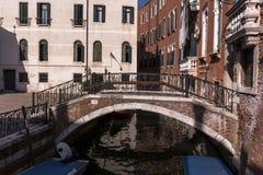Detalj av en Venetian kanal royaltyfri foto