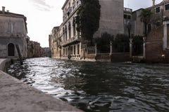 Detalj av en Venetian kanal arkivbild