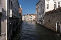 Detalj av en Venetian kanal royaltyfria bilder