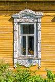 Detalj av ett fönster av ett traditionellt trähus, Rostov, guld- cirkel, Ryssland Royaltyfria Bilder